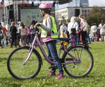 Mažieji dviratininkai privalo dėvėti šalmą, o tamsiu paros metu ar esant blogam matomumui - ir šviesą atspindinčią liemenę