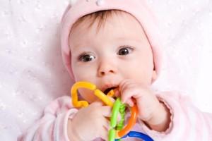 kabančius žaislus drąsiai griebia abiem rankytėm: ima vieną žaislą, palaiko kelias minutes, taiko į burnytę paragauti