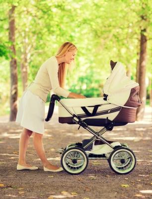 Grynas oras ir pasivaikščiojimas su vežimėliu ramina ir mamą, ir kūdikį.