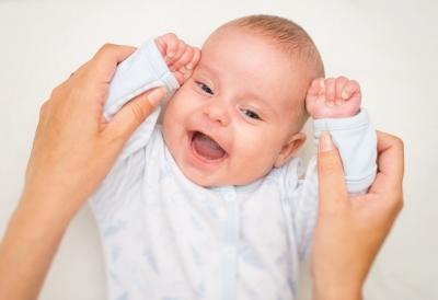 Kalbinkite kūdikėlį, glostykite, kutenkite. Akių ir kūno kontaktas kūdikius labai džiugina.